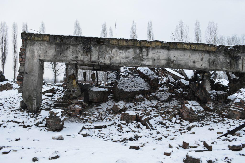 Wat er nog over is van de gaskamers van Birkenau. Toen de Duitsers wisten dat Birkenau bevrijd ging worden zijn de gaskamers opgeblazen in een poging hun sporen te wissen.