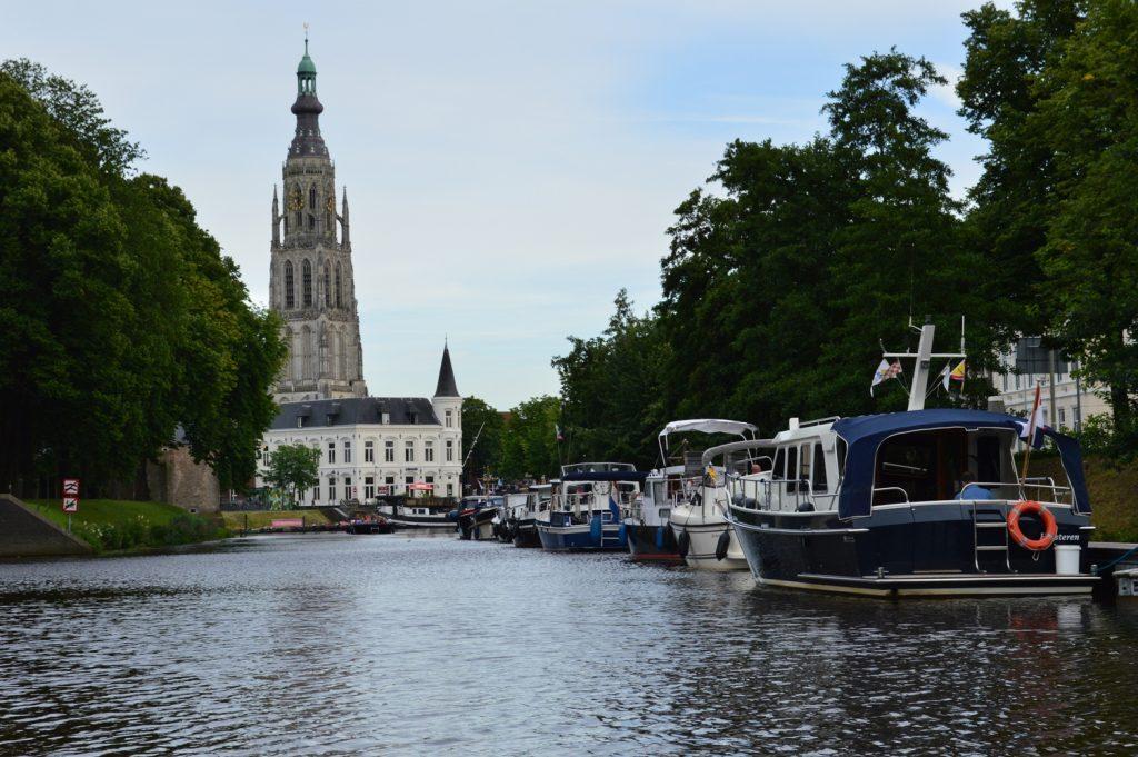 Haven van Breda met De Grote Kerk